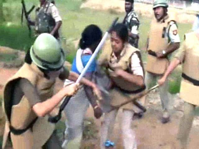 Video : 21 Injured in Assam-Nagaland Border as Protesters, Police Clash