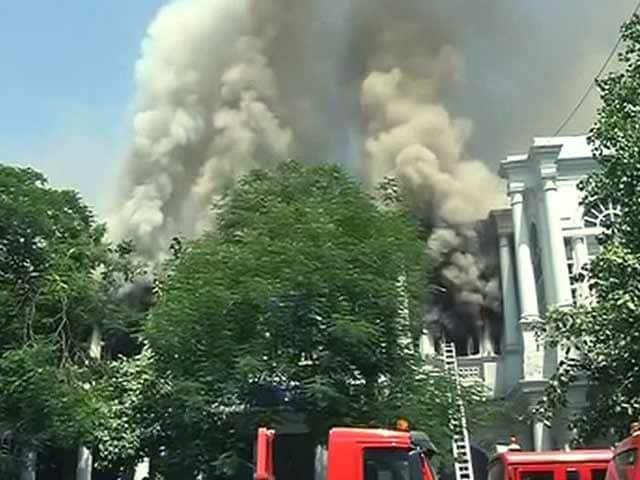 Videos : कनॉट प्लेस की रामा बिल्डिंग में लगी आग पर काबू पाया गया