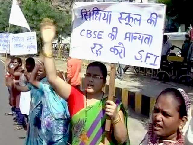 Videos : रैगिंग : सिंधिया स्कूल के तीन छात्र और दो कर्मचारियों के खिलाफ एफआईआर दर्ज