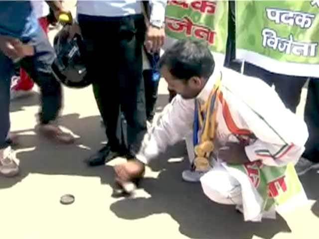 Videos : रांची : खिलाड़ियों ने जूते पॉलिश कर किया विरोध-प्रदर्शन
