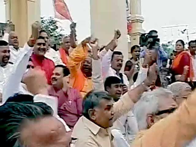 Videos : उत्तर प्रदेश : कानून व्यवस्था, बिजली समस्या को लेकर भाजपा का प्रदर्शन