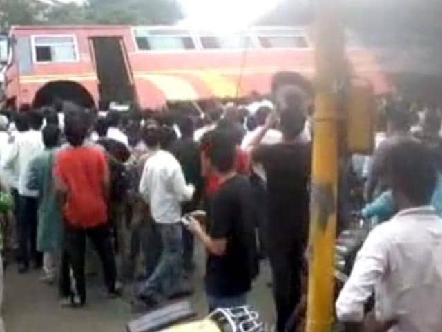 Video : Pune's People Power: Group Lifts Bus to Free Trapped Students