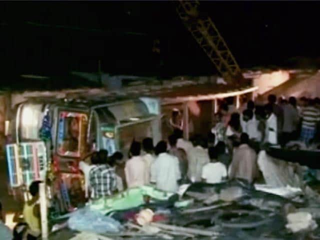 Video : कानपुर में सोते लोगों पर ट्रक पलटा, 10 की मौत