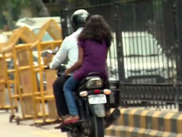 Videos : दिल्ली : महिलाओं ने हेलमेट न पहना तो कटेगा चालान