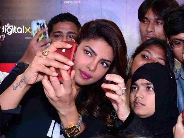 Video : Priyanka Chopra Spends Time With Fans