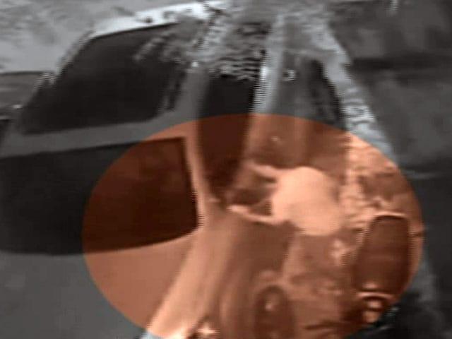 Video : कैमरे में कैद : महंगी कारों के साइड मिरर की चोरी