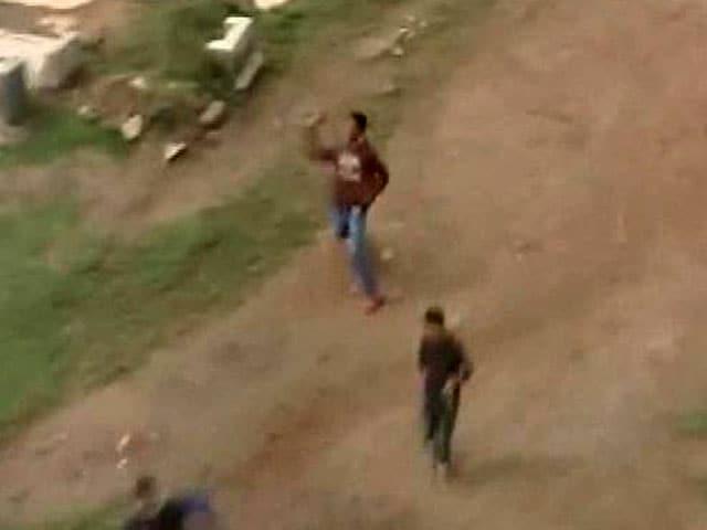 Video : Kashmir Floods: Stone Pelting Stalls Food Drops in Parts of Srinagar