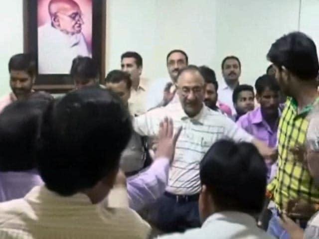 Videos : उज्जैन : वीएचपी के कार्यकर्ताओं ने वीसी, कार्यालय पर किया हमला, केस दर्ज
