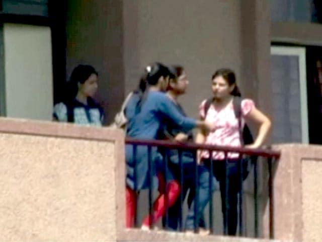 Videos : नोएडा : गर्ल्स हॉस्टल के वॉश रूम में मिला स्पाई कैमरा