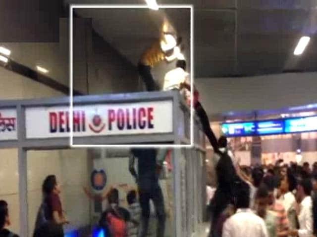 Videos : मेट्रो स्टेशन पर भीड़ ने की तीन विदेशी नागरिकों की पिटाई