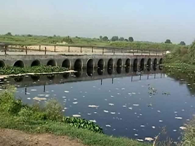 Video : यूपी के गांव में पानी के मारे लोग