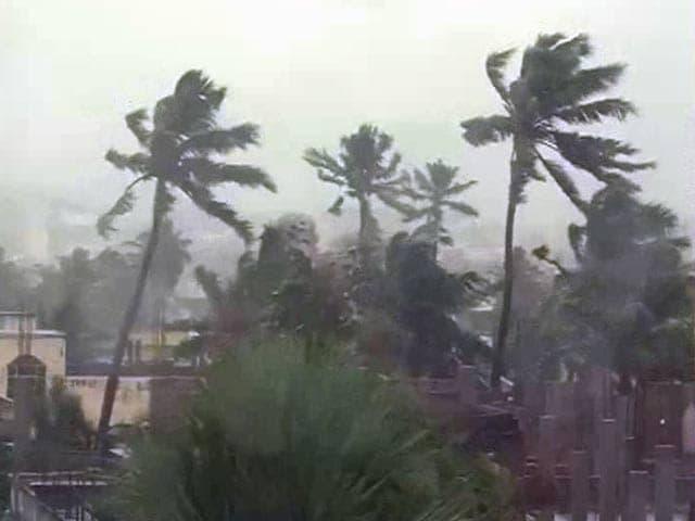 Video : Cyclone Hudhud Races Towards Andhra Pradesh and Odisha