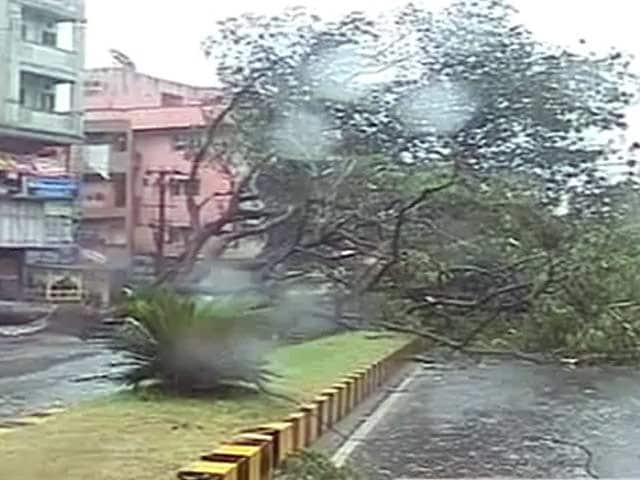 Video : आ रहा है 'हुदहुद', विशाखापट्टनम में तेज बारिश, तूफानी हवाएं