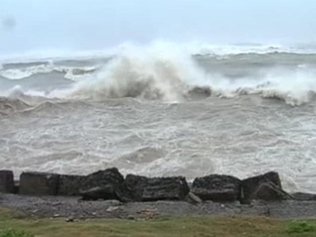 Video : Visibility in Visakhapatnam Falls Below 500 Metres as Cyclone Hudhud Approaches