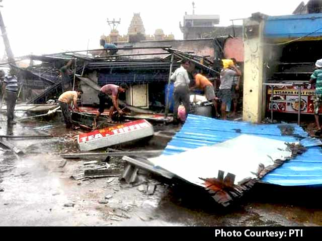 Video : Cyclone Hudhud Leaves Trail of Destruction in Visakhapatnam