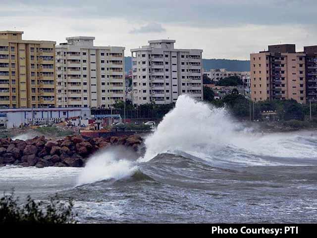 Video : Cyclone Hudhud Blasts Andhra Pradesh Coast