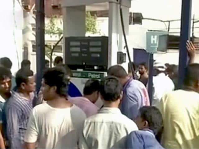 Videos : विशाखापटनम : पेट्रोल और दूध की किल्लत, दाम चढ़े