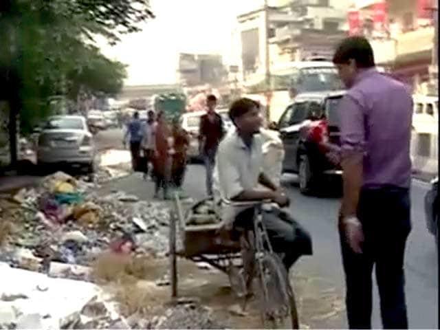 Video : महिपालपुर : स्वच्छ भारत अभियान का पोस्टर और कूड़ा