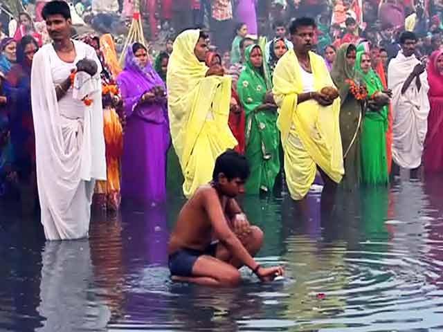 Video : छठ पूजा : पानी में नहीं, कीचड़ में देना पड़ा अर्घ्य