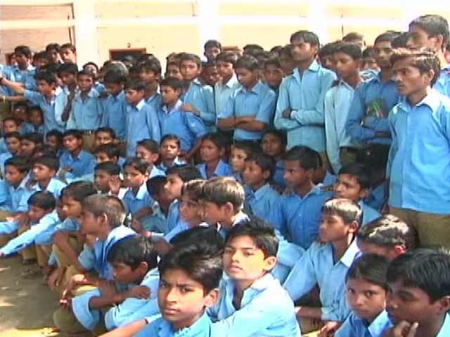 Video : Swachh Express Reaches School Without a Toilet in Lucknow