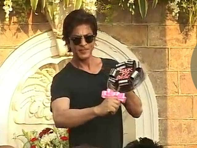 Video : <i>Happy</i> SRK Greets Fans on Birthday