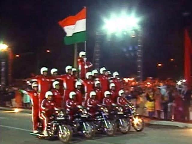 Videos : सीआरपीएफ की महिला कमांडो ने दिखाए बाइकों पर स्टंट