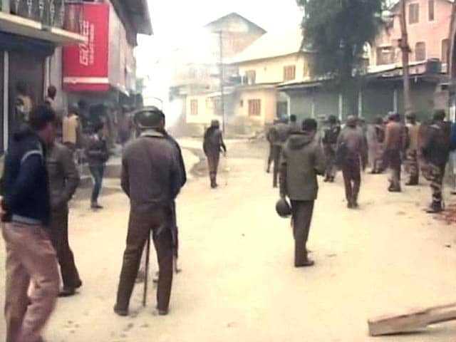 Video : Locals, Security Personnel Clash in J&K's Nowgam After Death of Civilians in Army Firing