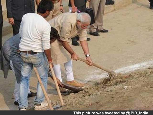 Video : PM Modi With Spade Cleans Assi Ghat in Varanasi