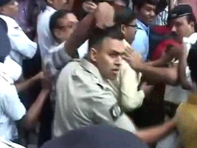 Video : Journalists Waiting for Kunal Ghosh Lathicharged at Kolkata Hospital