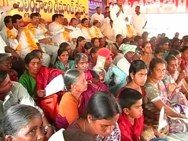 Video : Telangana Farmer Suicides: Family Members Hold 'Dharna' in Hyderabad, Seek Help