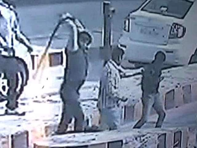 Video : Caught on Camera: Samajwadi Party MLA's Supporters Thrash Toll Plaza Employees
