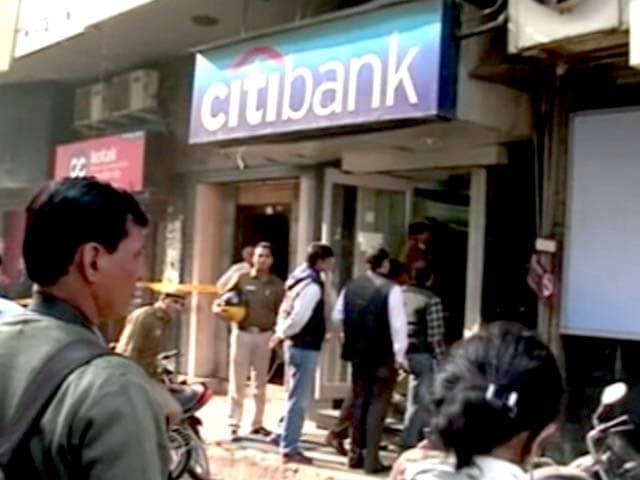 Video : दिल्ली में गार्ड को गोली मारकर एटीएम कैश वैन से 1.5 करोड़ की लूट