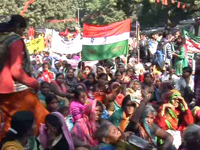 Video : Worried Over Budget Cuts in Government's Social Schemes, Rural Workers Protest in Delhi