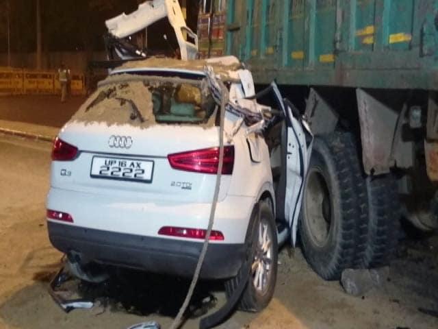 Video : तेज रफ्तार कार डंपर से टकराई, एक की मौत