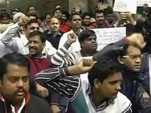 Videos : दिल्ली : उबर टैक्सी के ड्राइवरों ने बैन के खिलाफ किया प्रदर्शन
