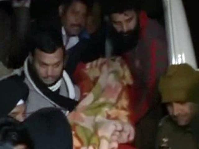 Videos : जम्मू-कश्मीर : राजौरी जिले में बीजेपी के प्रत्याशी पर हमला