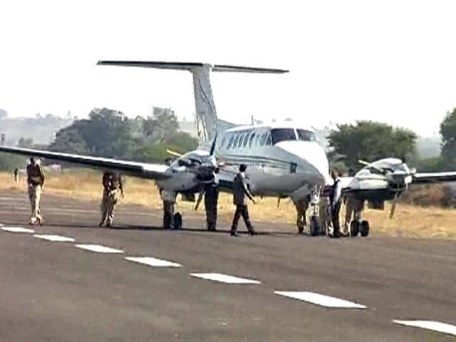 Videos : जब सीएम शिवराज के विमान को पुलिसवालों ने लगाया धक्का