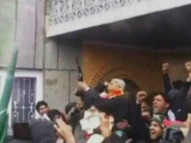 Videos : पीडीपी विधायक ने जश्न में की एके-47 से फ़ायरिंग