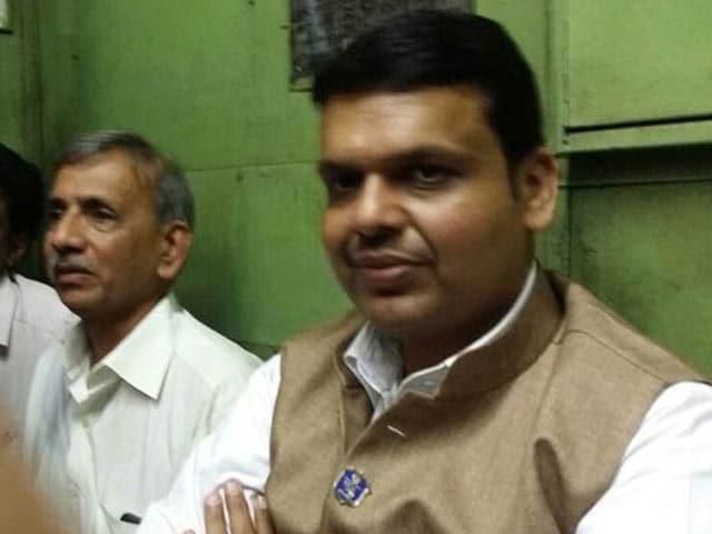 Video : Maharashtra Chief Minister Takes Mumbai Local During Peak Hour