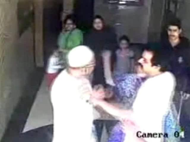Videos : कैमरे में कैद : मुंबई की एक हाउसिंग सोसायटी में बुजुर्ग की पिटाई