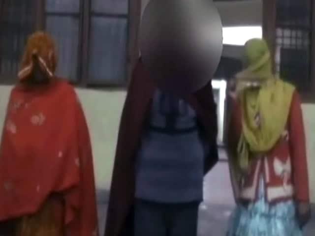 Video : बदायूं : दो पुलिसवालों पर नाबालिग से गैंगरेप का आरोप