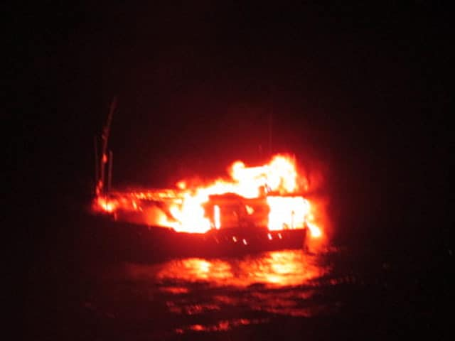 Video : पोरबंदर के पास पाक नौका ने खुद को उड़ाया