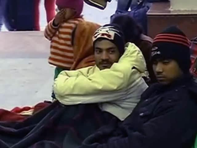 Videos : ठंड की चपेट में पूरा उत्तर भारत, 17 ट्रेनें रद्द, 100 ट्रेनें देरी से