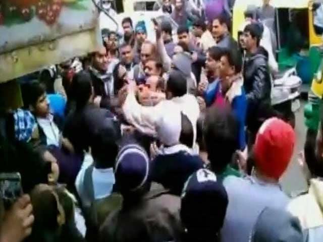 Video : दिल्ली : बीजेपी पार्षद की गुंडागर्दी, जूनियर इंजीनियर को मारा चांटा