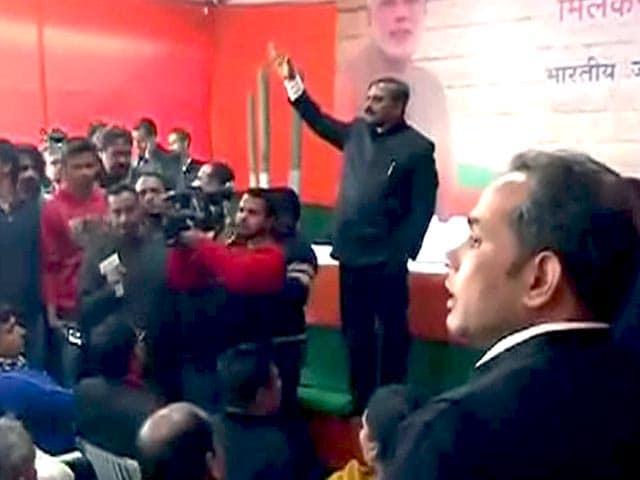 Video : दिल्ली : टिकट बंदवारे के बाद बीजेपी कार्यालय में हंगामा
