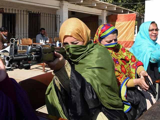 Videos : पाकिस्तान : शिक्षकों को बंदूक चलाने की ट्रेनिंग