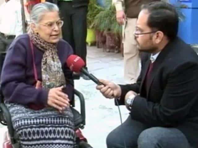 Videos : बूथ पर रैंप की मांग हुई पूरी, वोट डाला विकलांग महिला ने