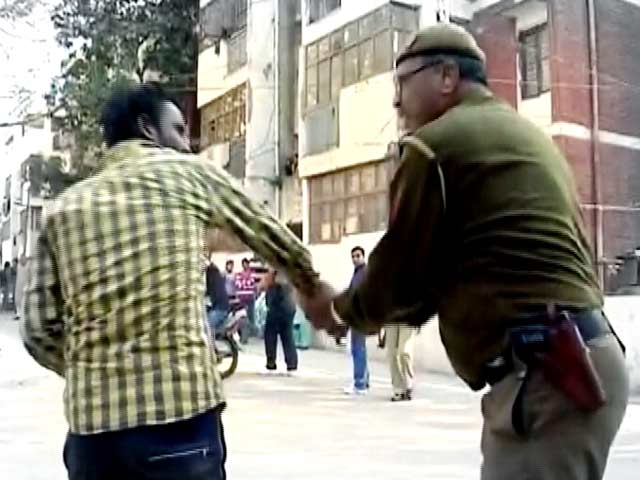 Video : Caught on Camera: Cop Slaps Reportedly Drunk Voter at Polling Booth