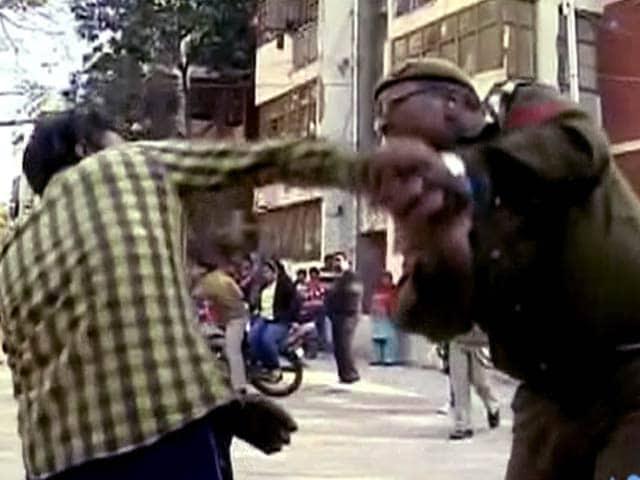 Video : पोलिंग बूथ पर पहुंचे शराबी वोटर की पिटाई