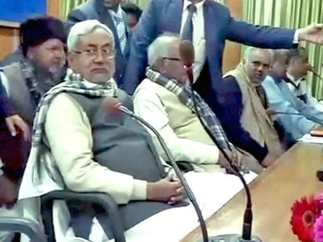 Videos : बिहार में नीतीश समर्थक 20 मंत्रियों ने दिया इस्तीफ़ा
